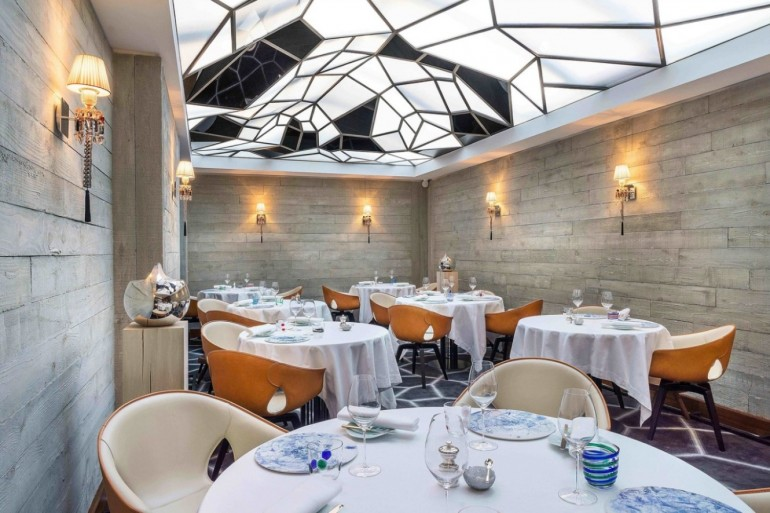 10 Super Chic and Sophisticated Luxury Restaurants in Paris | www.bocadolobo.com #luxuryrestaurants #restaurants #parisrestaurants #restaurantdesign #moderndiningtables #diningarea #diningroom #diningdesign #roomdesign @moderndiningtables